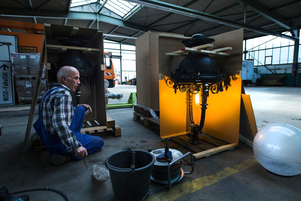 Unpacking the Tunis lantern heads in Cologne, checking the lights.